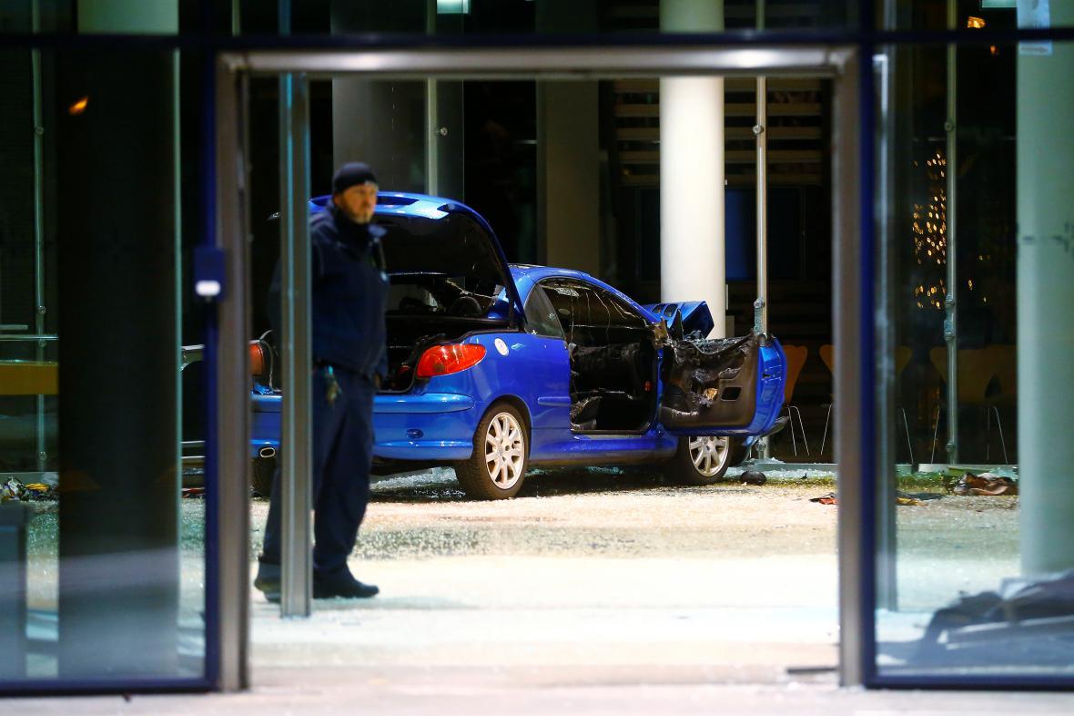 Do sídla SPD v Berlíně narazilo auto, řidič se chtěl zabít