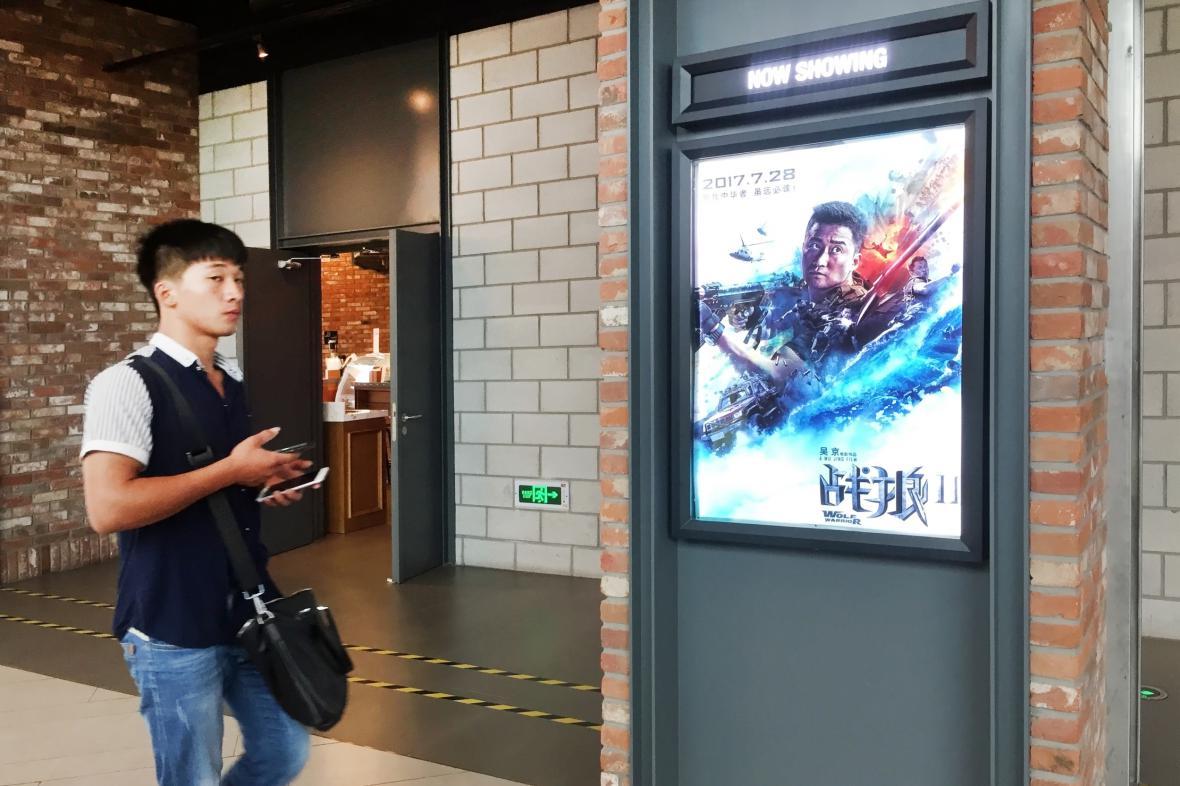 Plakát na film Wolf Warrior 2 v kině v Šanghaji