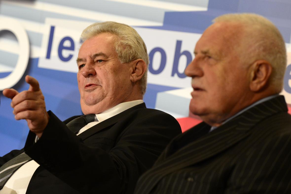 Prezident Miloš Zeman (vlevo) a bývalý prezident Václav Klaus (vpravo) se v listopadu 2014 zúčastnili ekonomické konference