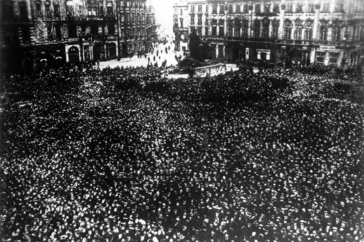 Rakousko-uherskou monarchií i českými zeměmi otřásla generální stávka, žádající mír, chléb a demokracii. Manifestace na Staroměstském náměstí z 22. ledna 1918.