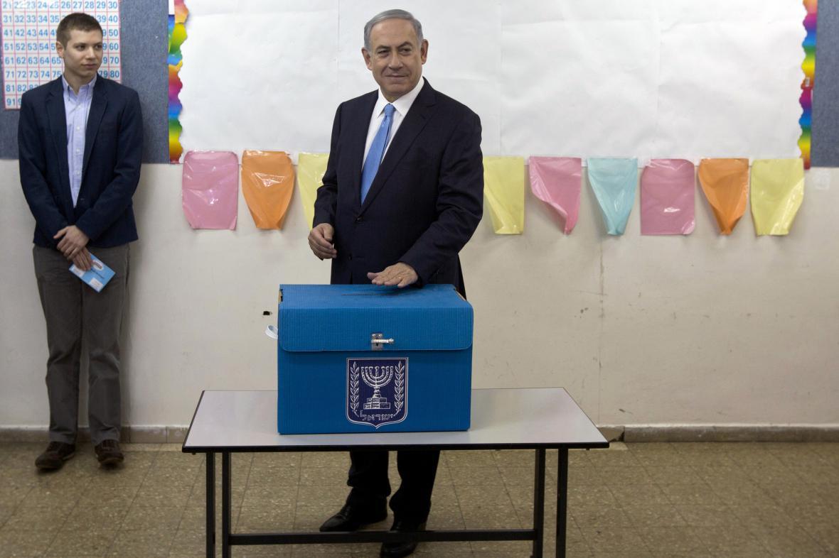 Benjamin Netanjahu se svým synem Jairem během voleb v roce 2015