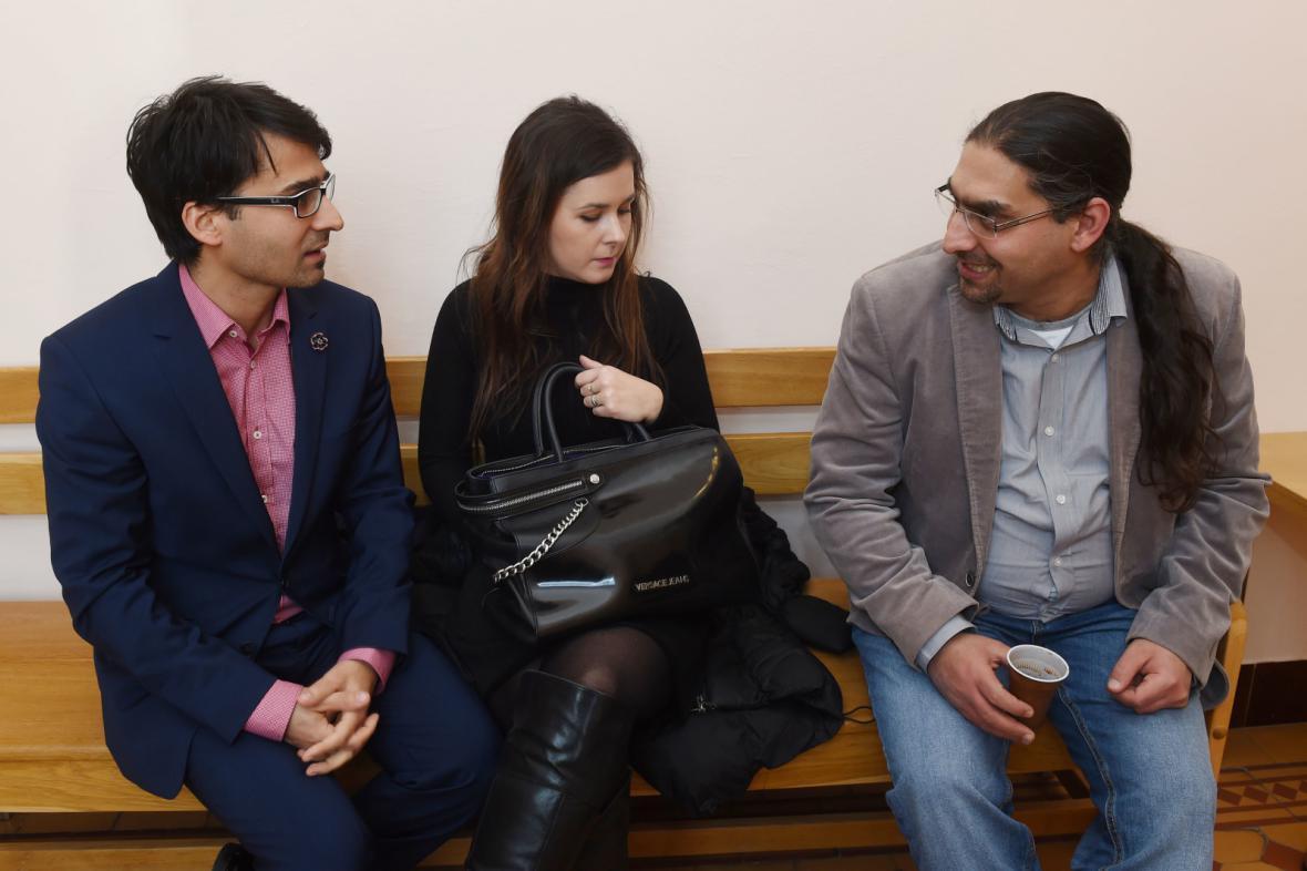 Na snímku zleva zpěvák kapely Gipsy.cz Radoslav Banga, jeho manželka Veronika a bratr Patrik Banga