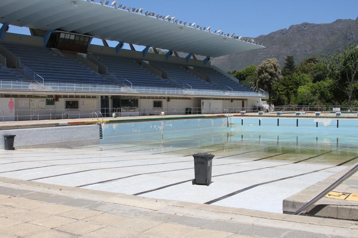 Prázdný bazén v Kapském městě - voda do něj není