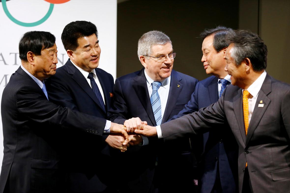 Jednání zástupců obou Korejí pod dohledem předsedy MOV Thomase Bacha