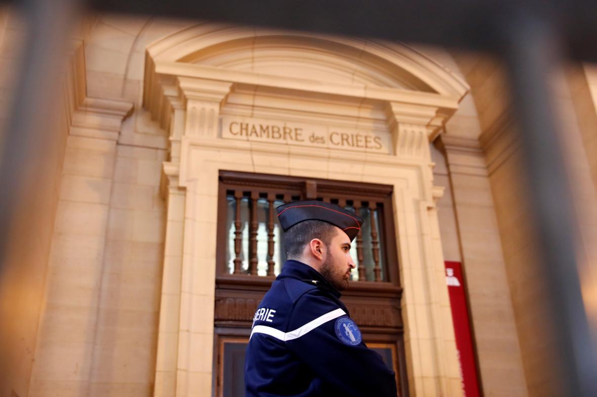 Četník hlídkuje před soudní budovou