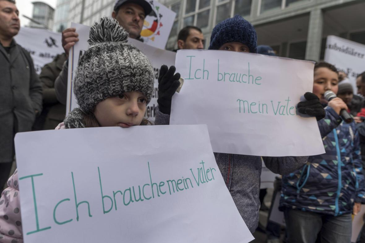 Uprchlíci žijící v Německu demonstrují za právo na sloučení rodin