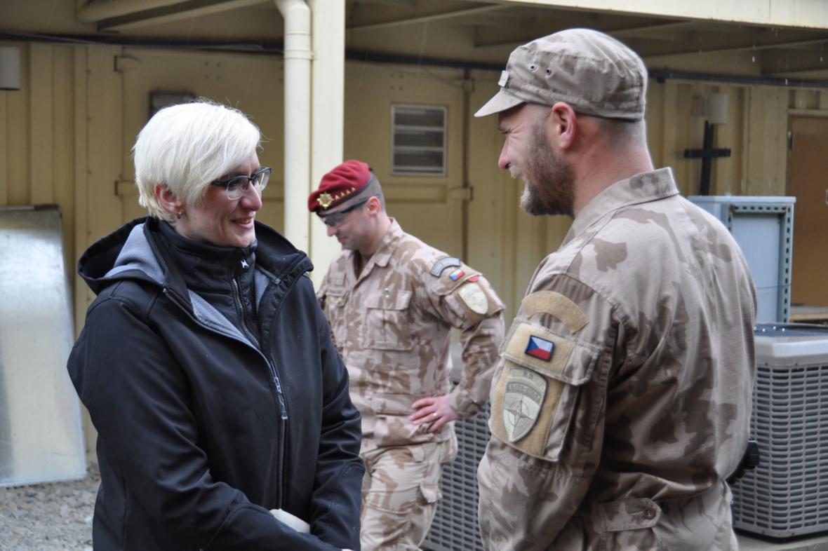 Karla Šlechtová s českými vojáky v Afghánistánu