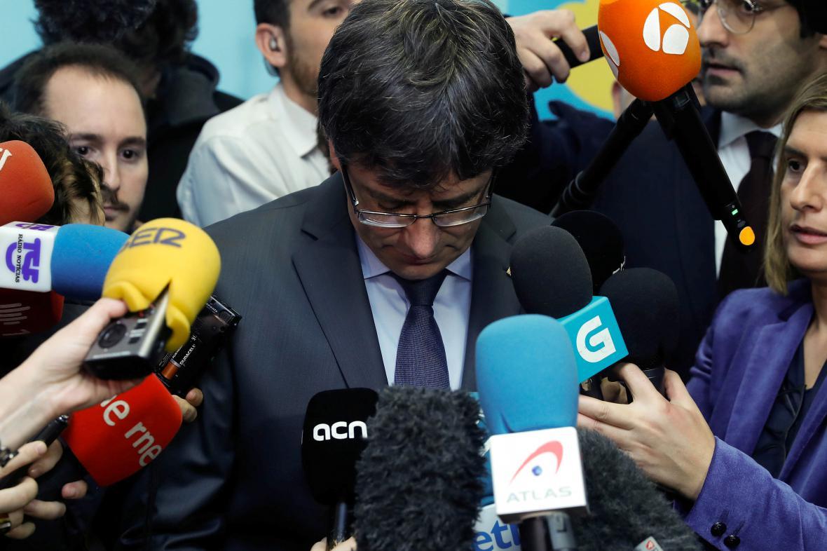 Carles Puigdemont hovoří s novináři v Bruselu
