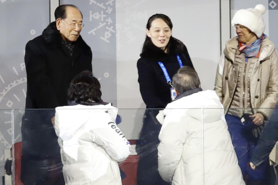 Představitelé KLDR s jihokorejským prezidentem při zahájení Her