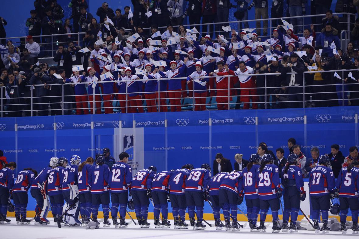 Korejské hokejistky a severokorejské roztleskávačky po utkání s Japonskem