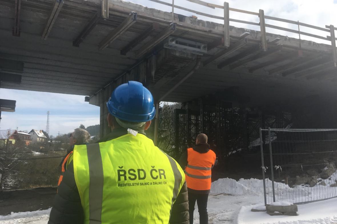 Pracovníci Ředitelství silnic a dálnic kontrolují most u Černé Hory