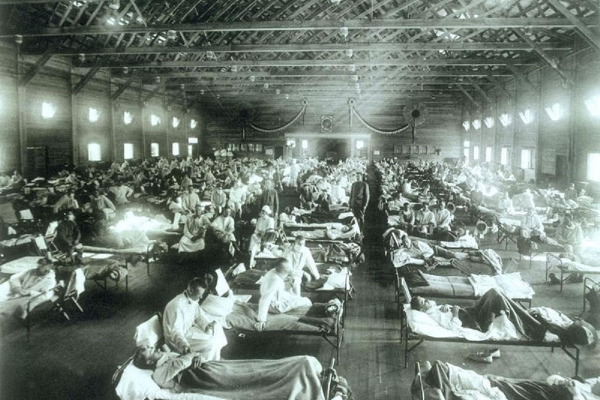 Jedním z prvních míst v USA, kde chřipka propukla, byla vojenská základna  Fort Riley v Kansasu