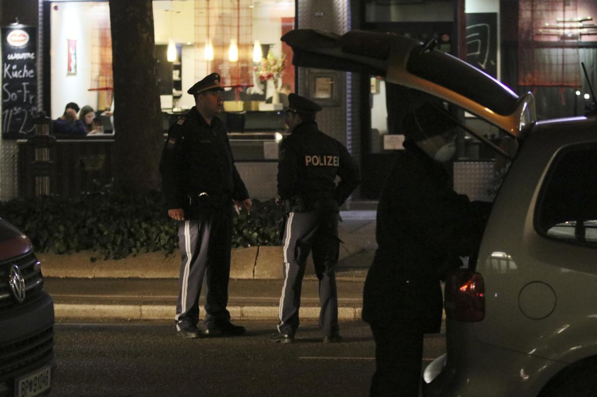 Policie vyšetřuje útok nožem ve Vídni