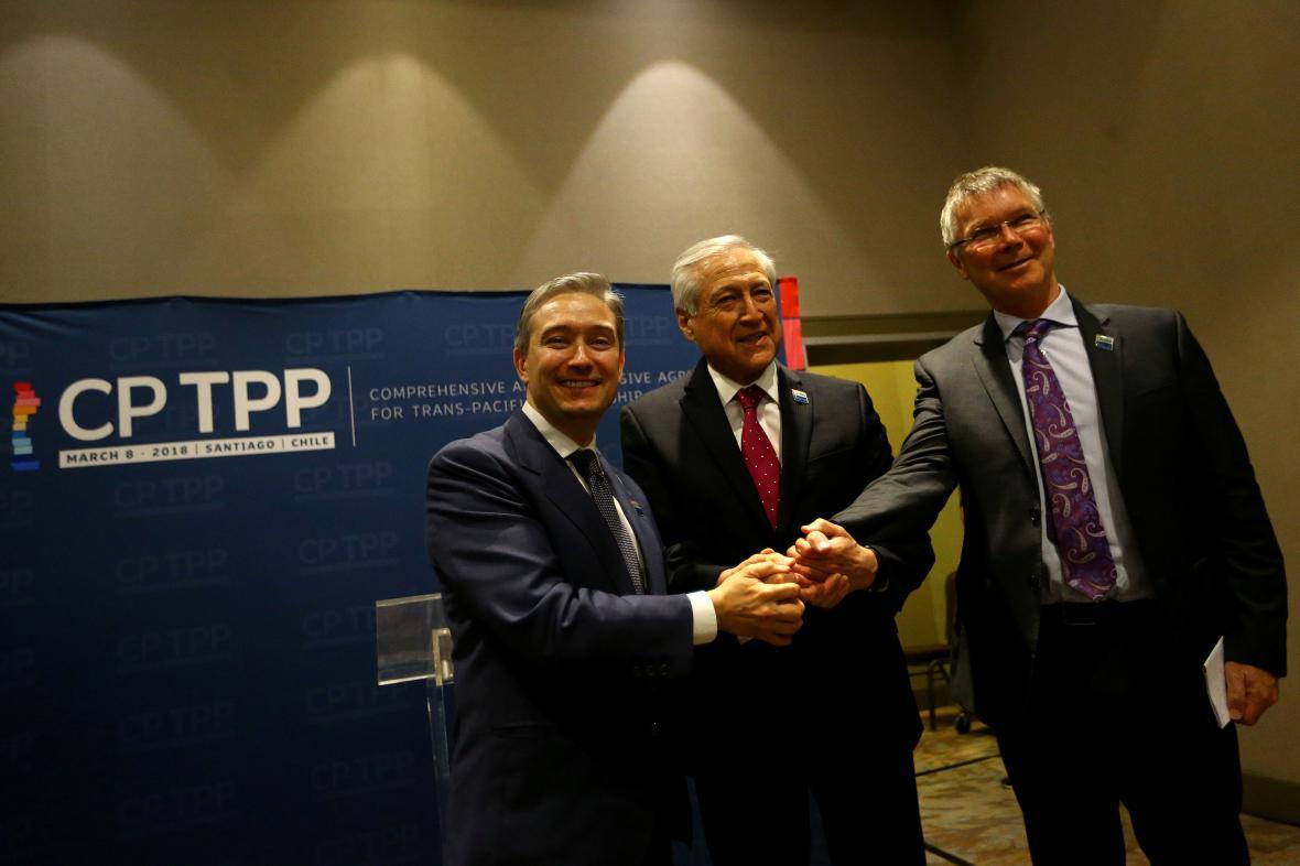 Ministři zahraničního obchodu Kanady, Chile a Nového Zélandu (zleva) před podpisem dohody.