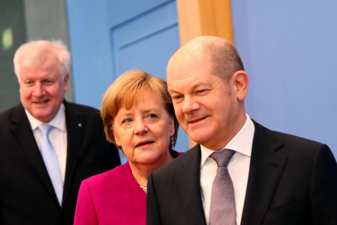 Horst Seehofer (CSU), Angela Merkelová (CDU), Olaf Scholz (SPD)