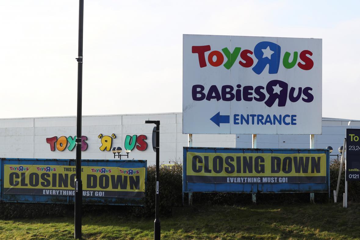 Zavíráme. Americký řetězec Toys R Us končí nejen v Británii.