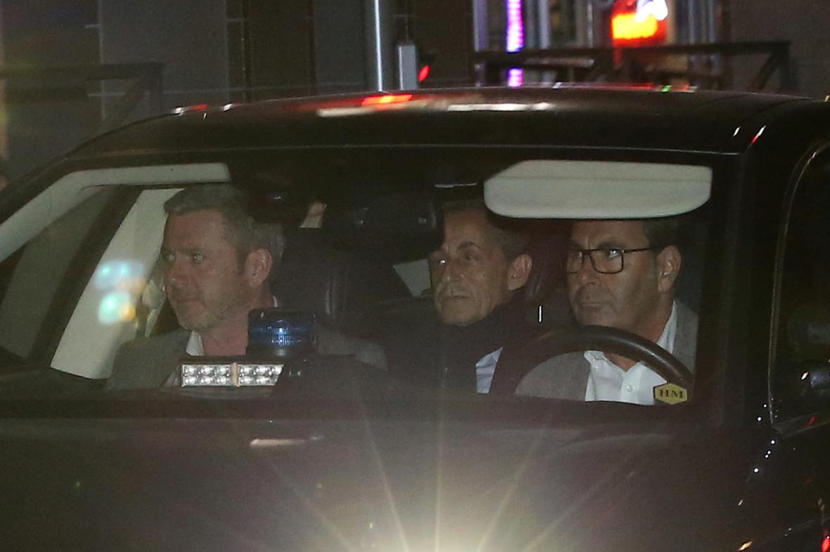 Sarkozy opouští budovu policie na předměstí Paříže