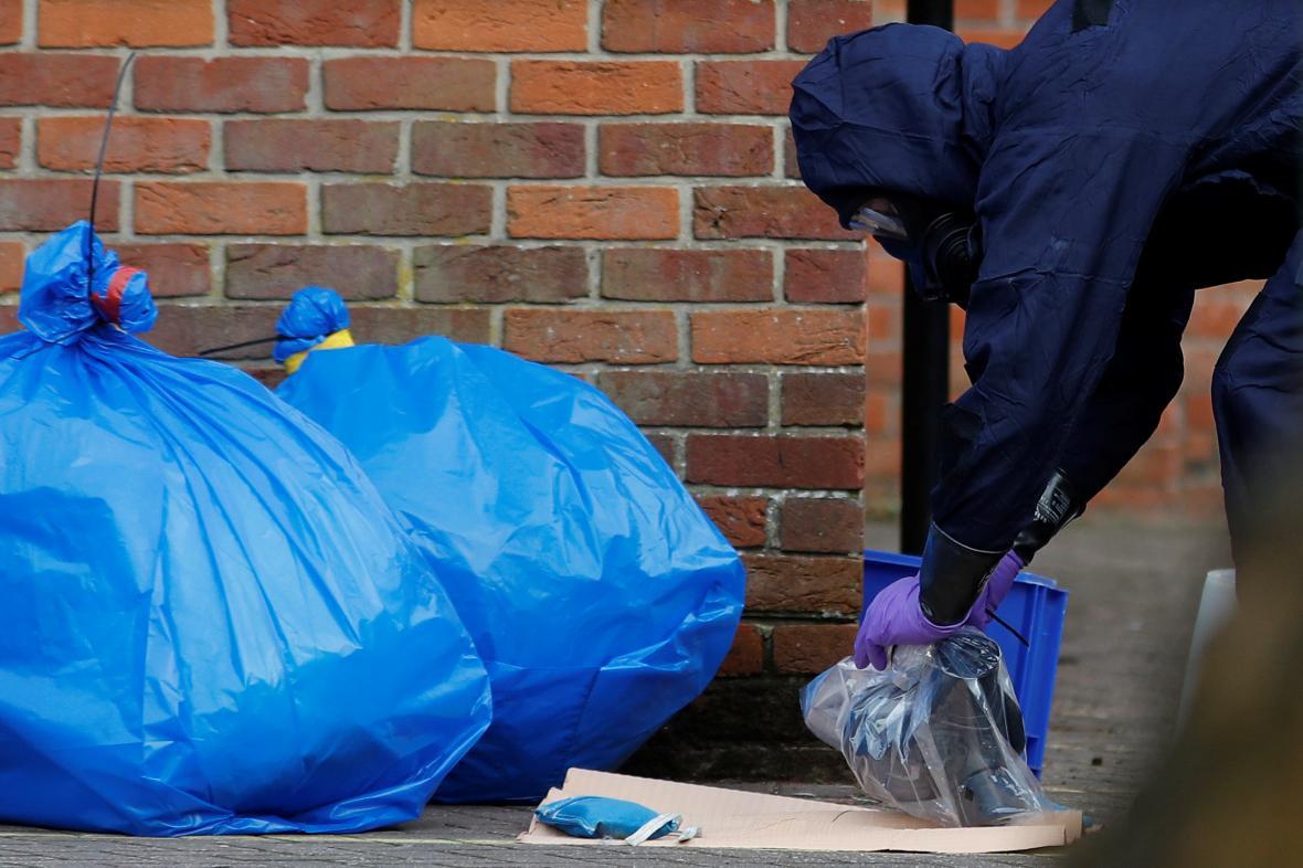 Pytle s ochrannými obleky po návštěvě inspektorů z OPCW na místě otravy
