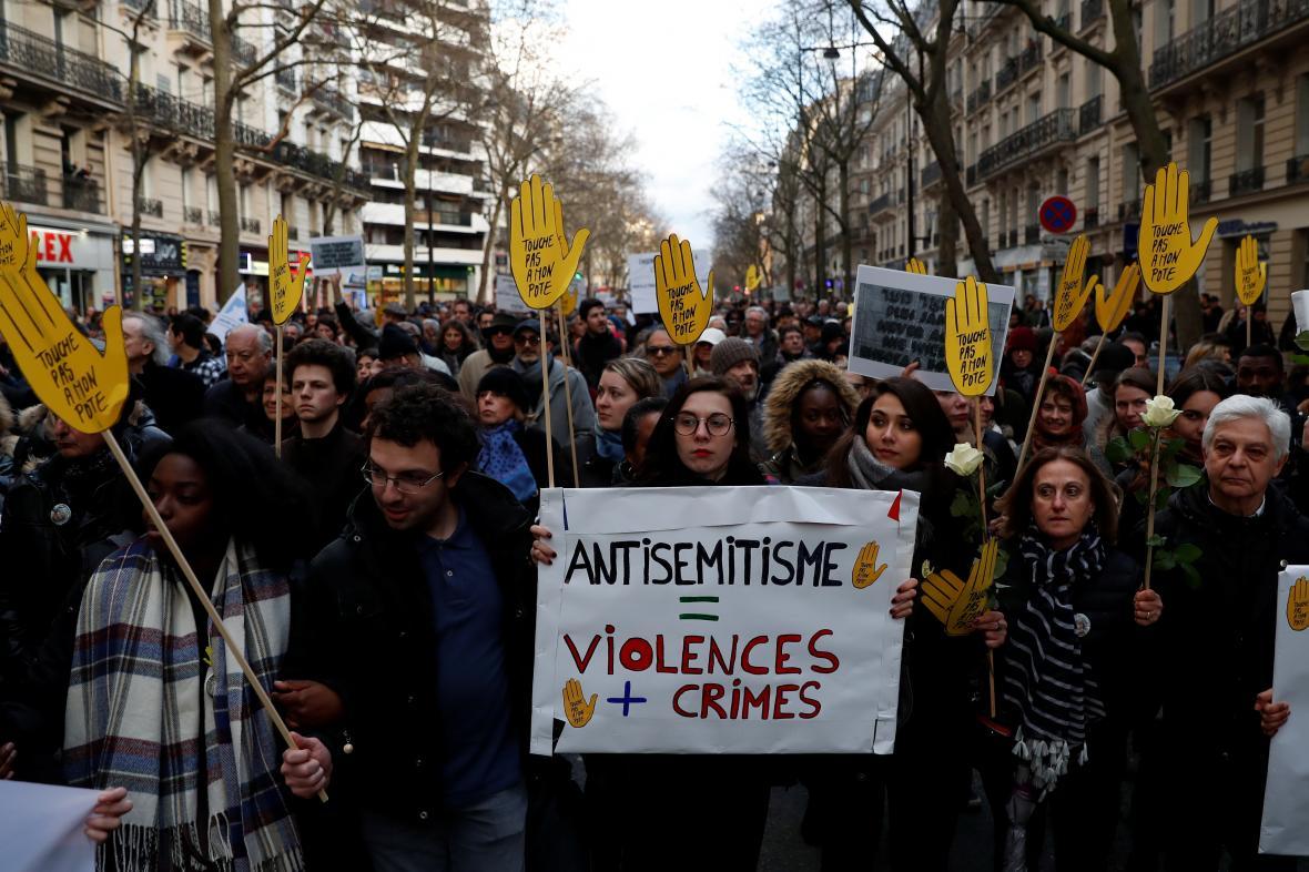 Pietní pochod v Paříži za Mireille Knollovou