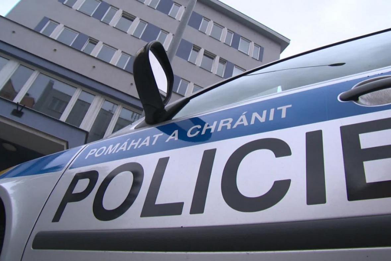 Vyslýchaný muž skočil z okna služebny v pátém patře
