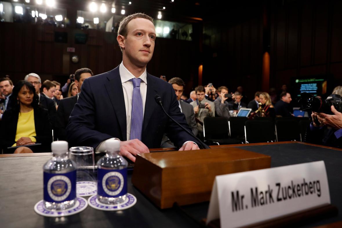 Mark Zuckerberg při slyšení v americkém Senátu