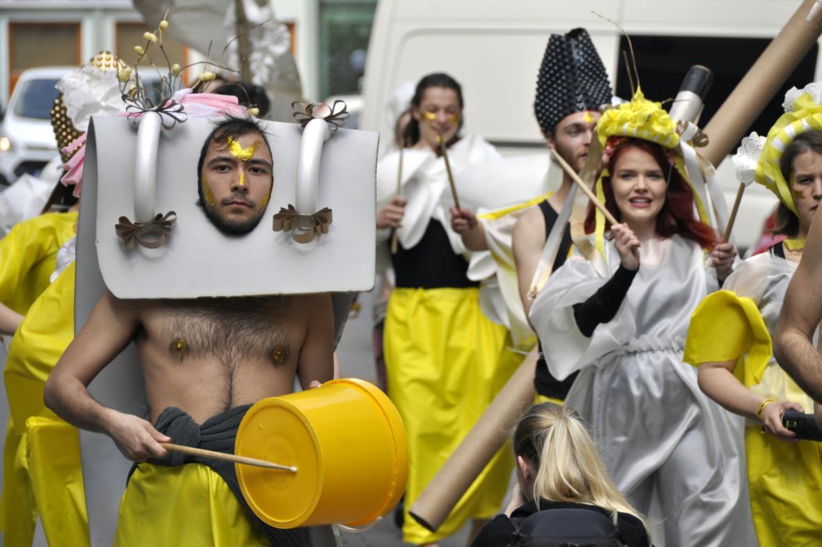 Festival zahájili studenti brněnské divadelní fakulty kostýmovaným průvodem