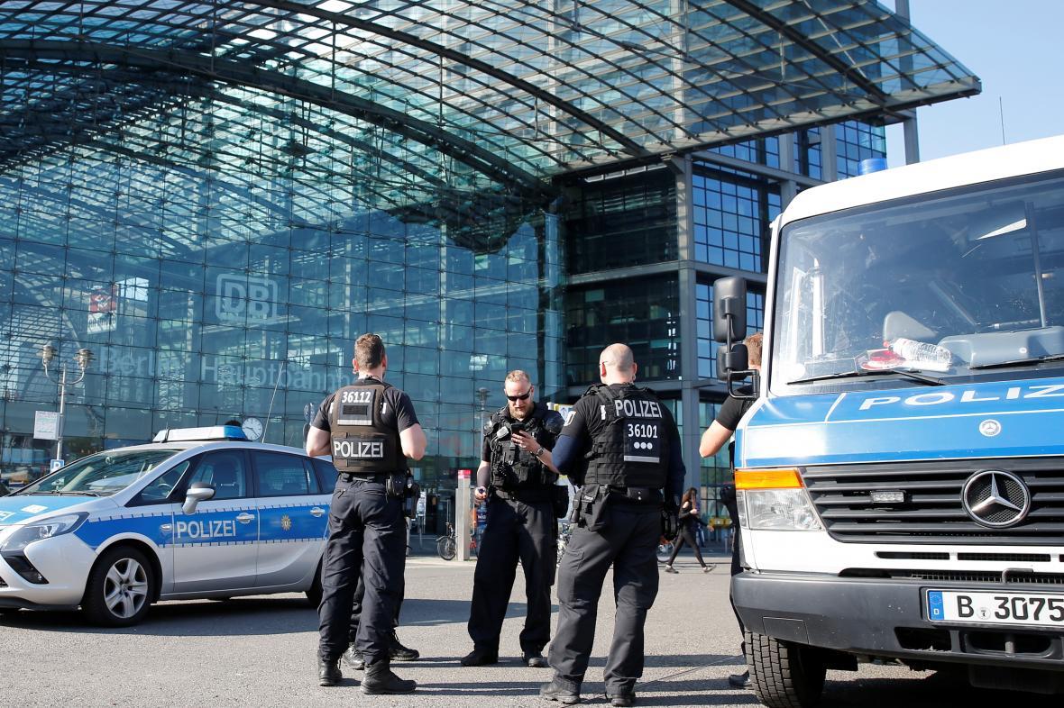 Policie před berlínským hlavním nádražím