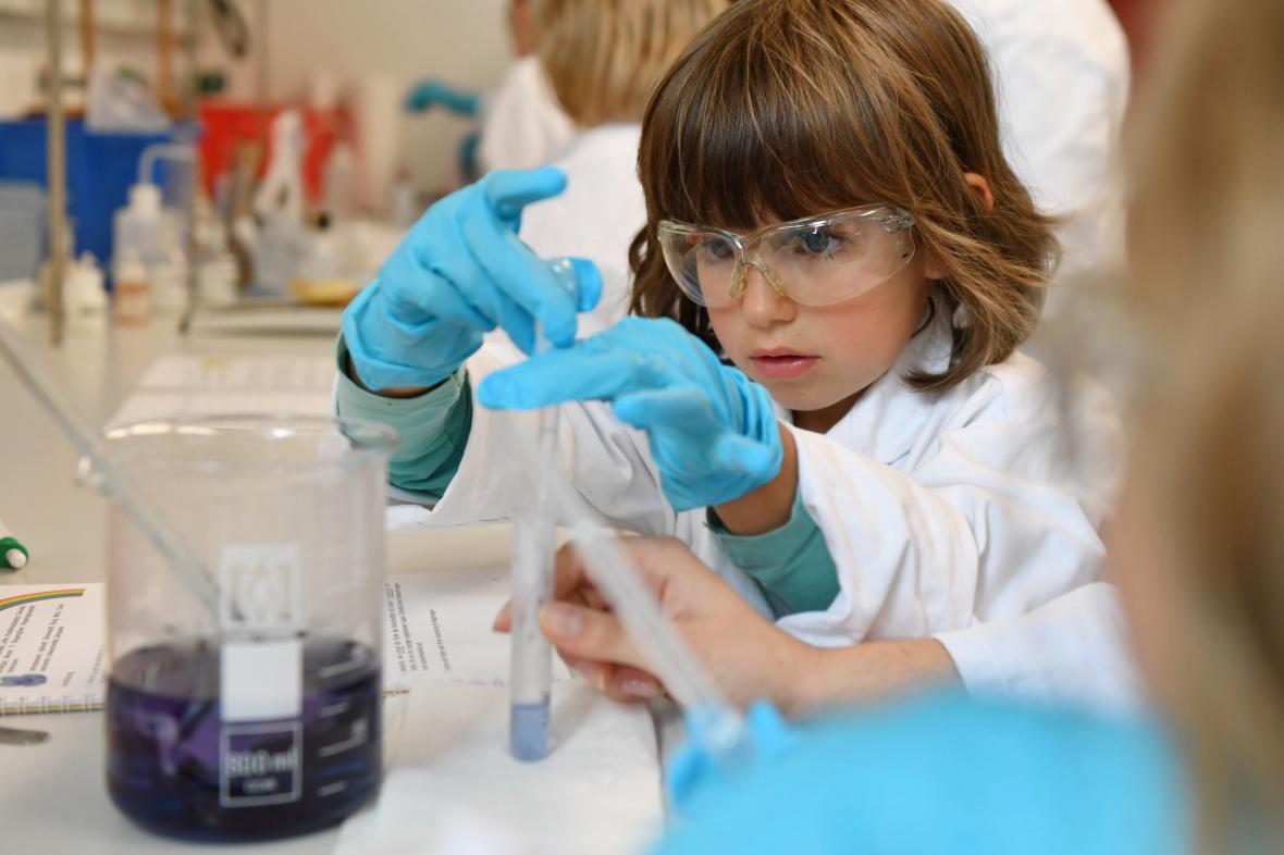 Ilustrační foto: Dítě v laboratoři