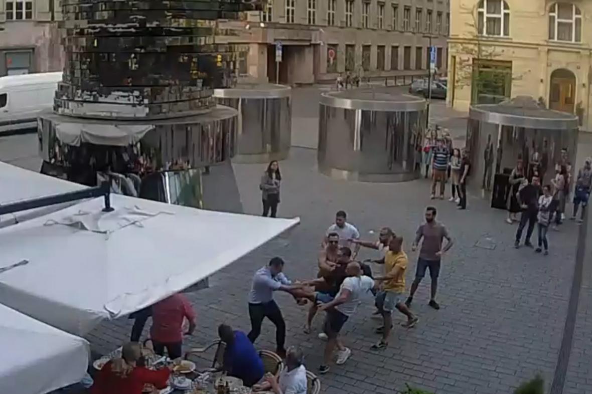 Cizinci těžce zranili číšníka v Praze