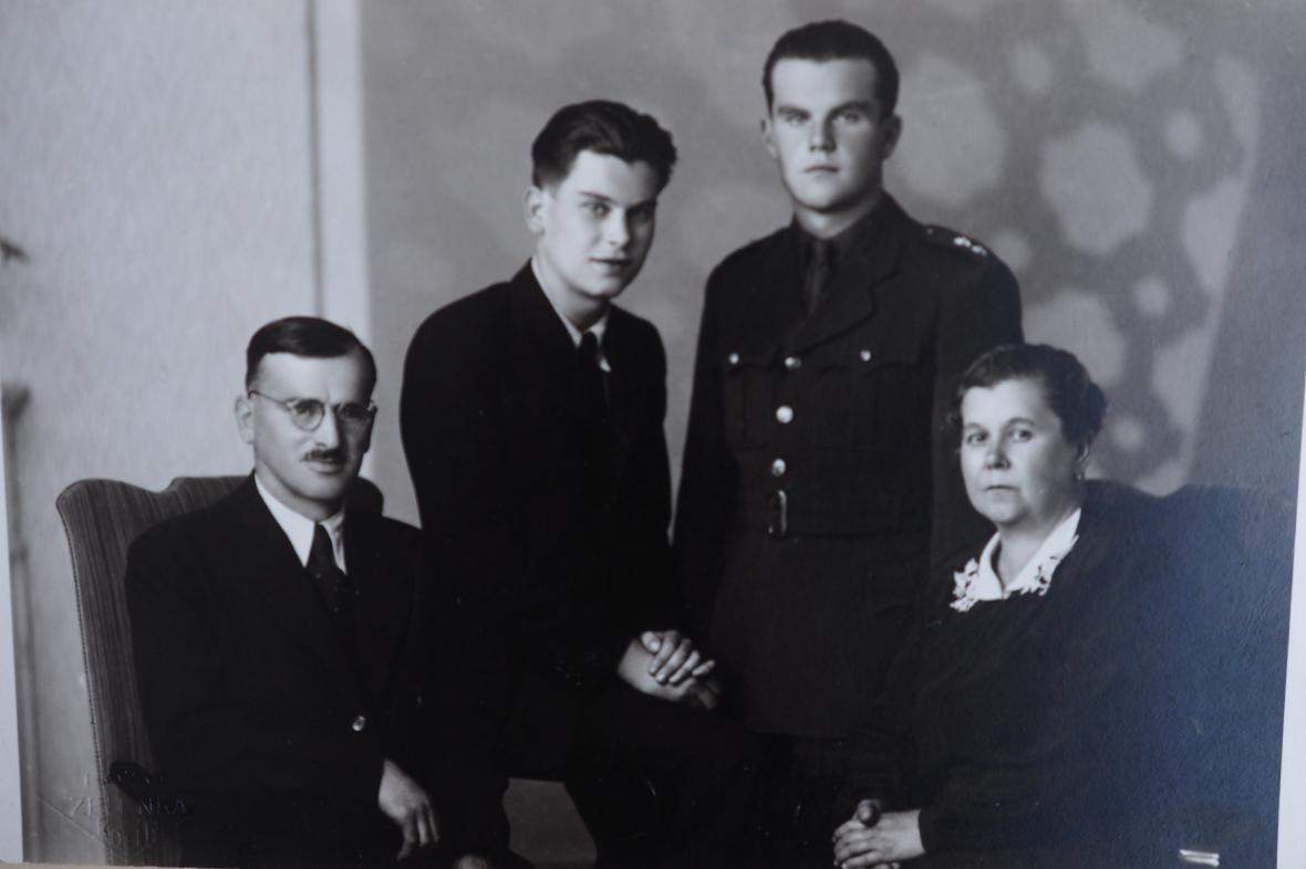 Rodina Bruno Schreibera (sedí vedle otce) těsně po druhé světové válce