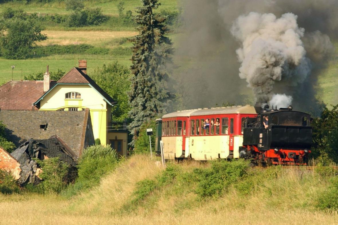 Historický vlak u obce Třemešná na Osoblažsku