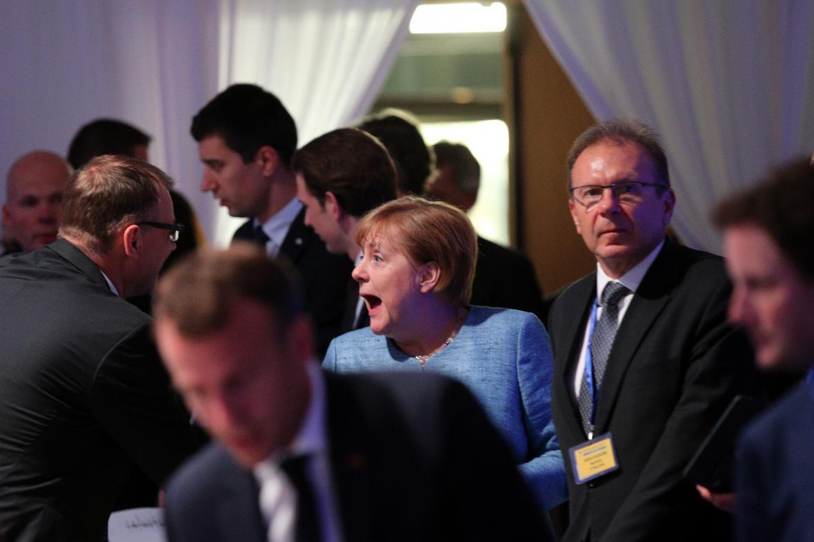 Amgela Merkelová během večeře před summitem EU