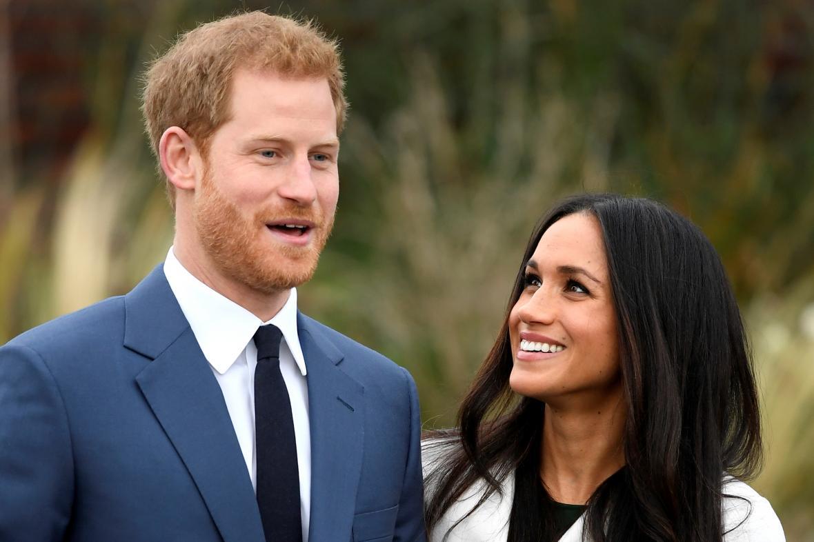 Harry a Meghan při oznámení zasnoubení