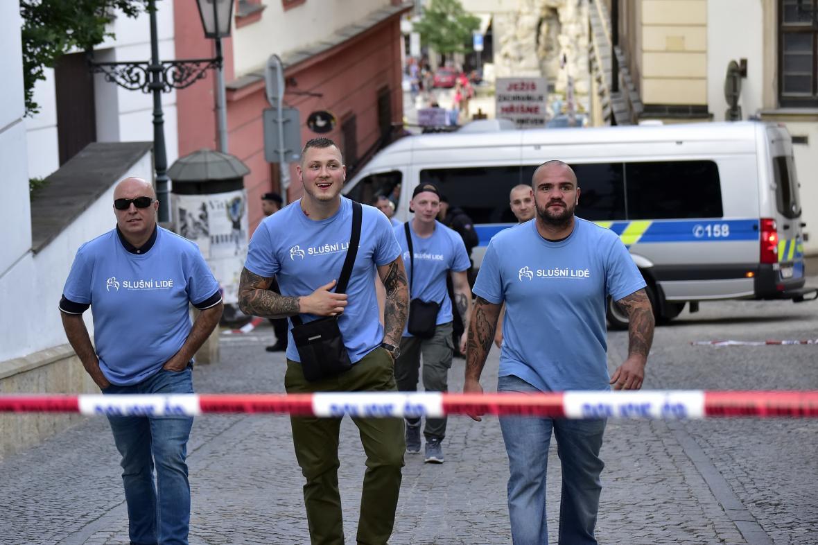 Členové hnutí Slušní lidé odcházejí v modrých tričkách od bočního východu brněnského Divadla Husa na provázku