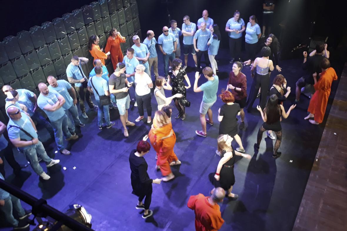 Divadelní představení Naše násilí a vaše násilí přerušil protest hnutí Slušní lidé (v modrém)