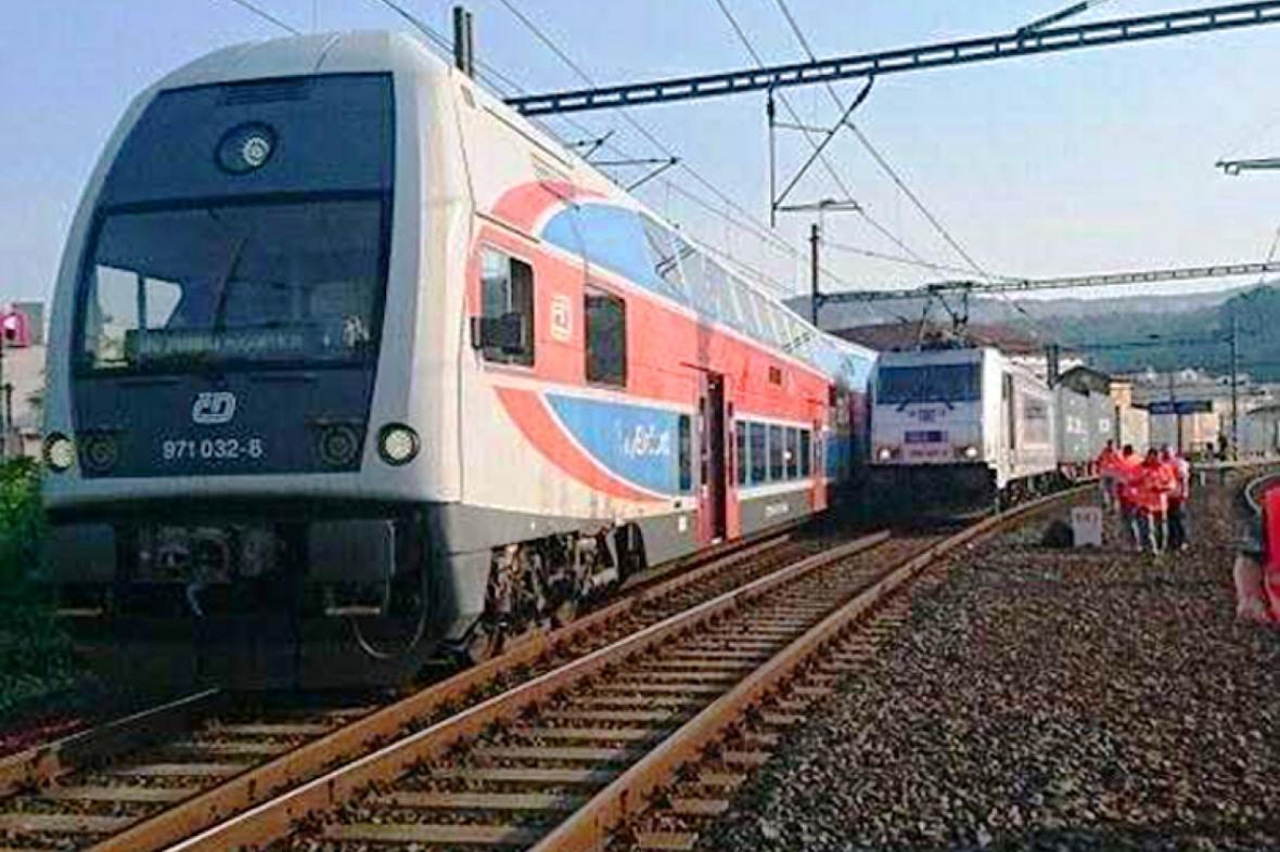 Vlaky se dostaly do těsné blízkosti na ústeckém nádraží