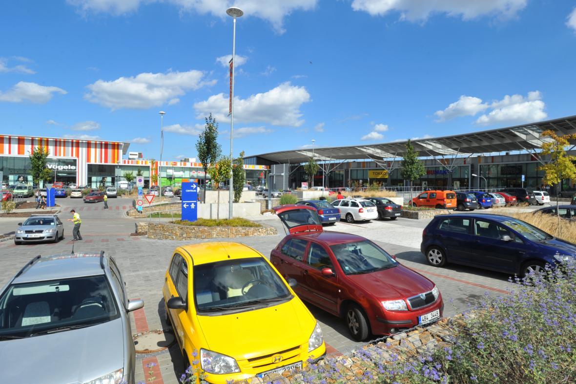 Auta na parkovišti před nákupním centrem v Brně-Bohunicích