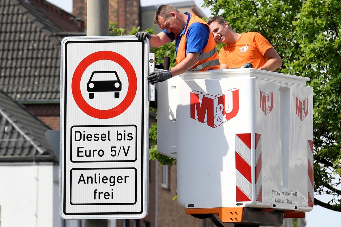 Zákaz vjezdu autům se staršími dieselovými motory v hamburské ulici Max-Brauer-Allee