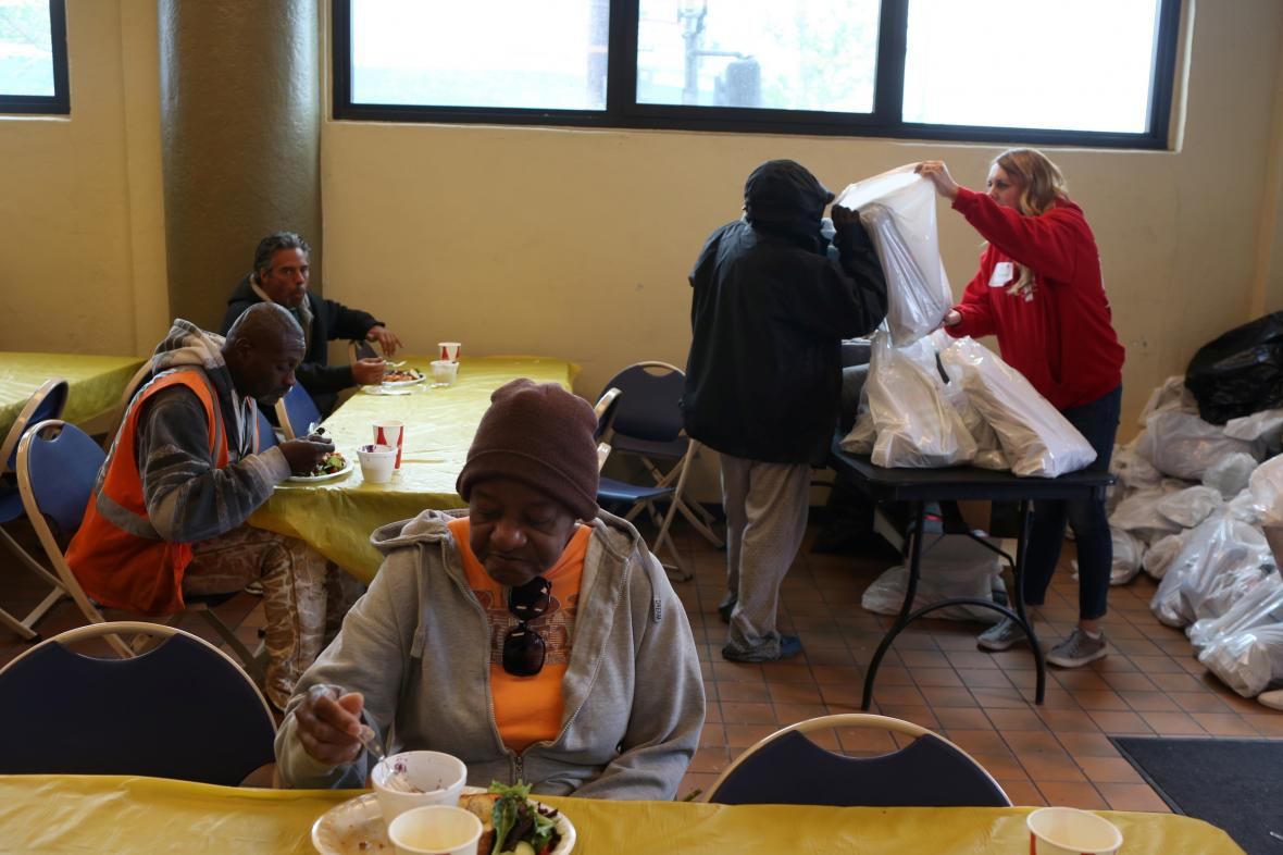 Útulek v Los Angeles vydává obědy pro bezdomovce a chudé rodiny