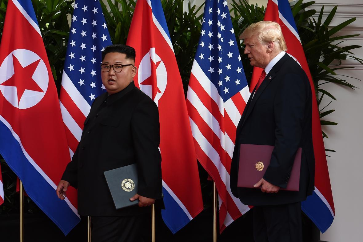 Kim Čong-un a Donald Trump před podepsáním dohody