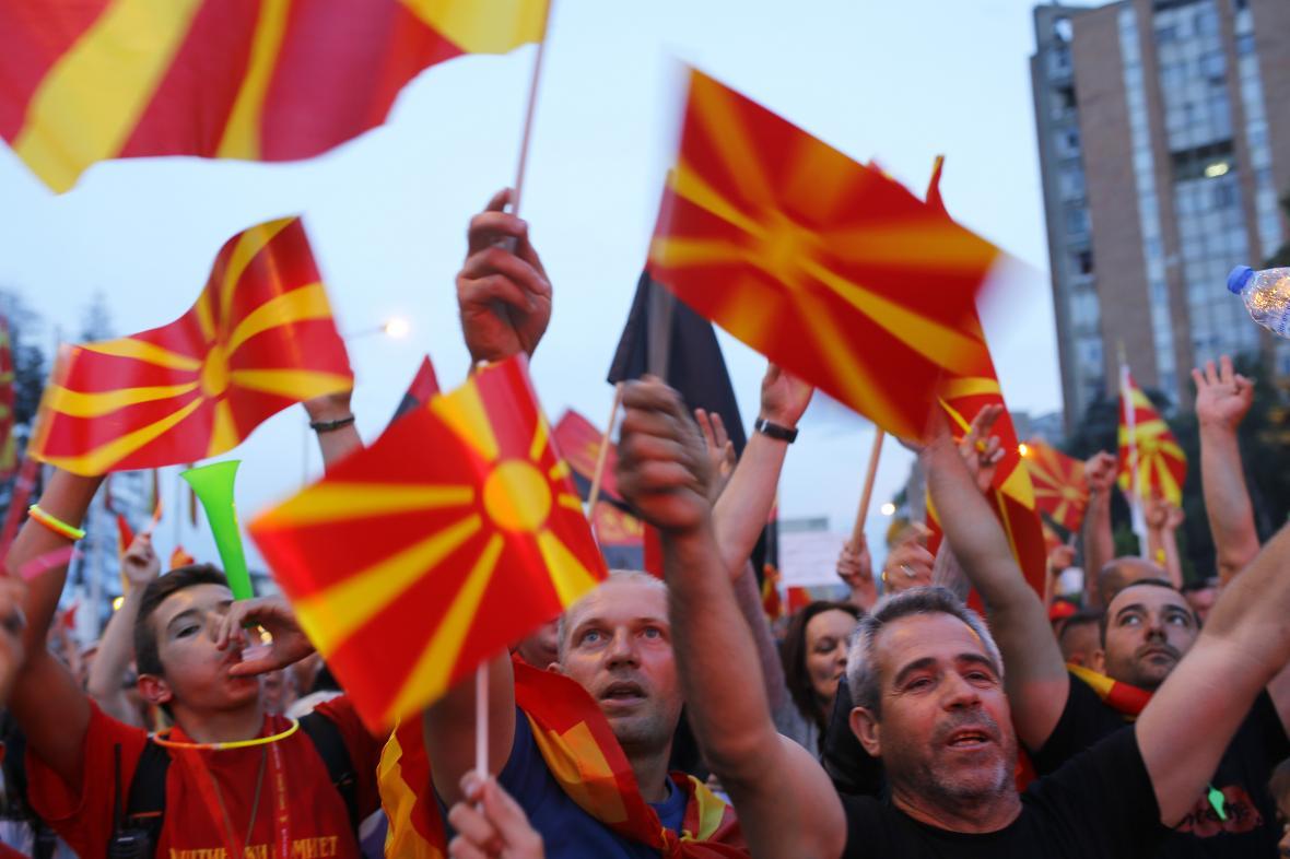 Protesty Makedonců proti kompromisnímu názvu země ze začátku června