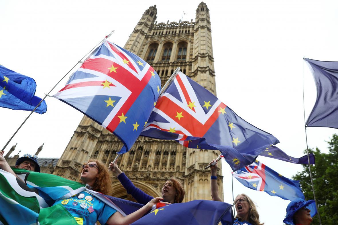 Demonstrace odpůrců brexitu před britským parlamentem