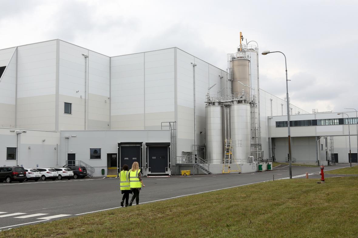 Nová výrobní hala firmy Mondelez International (vlevo)