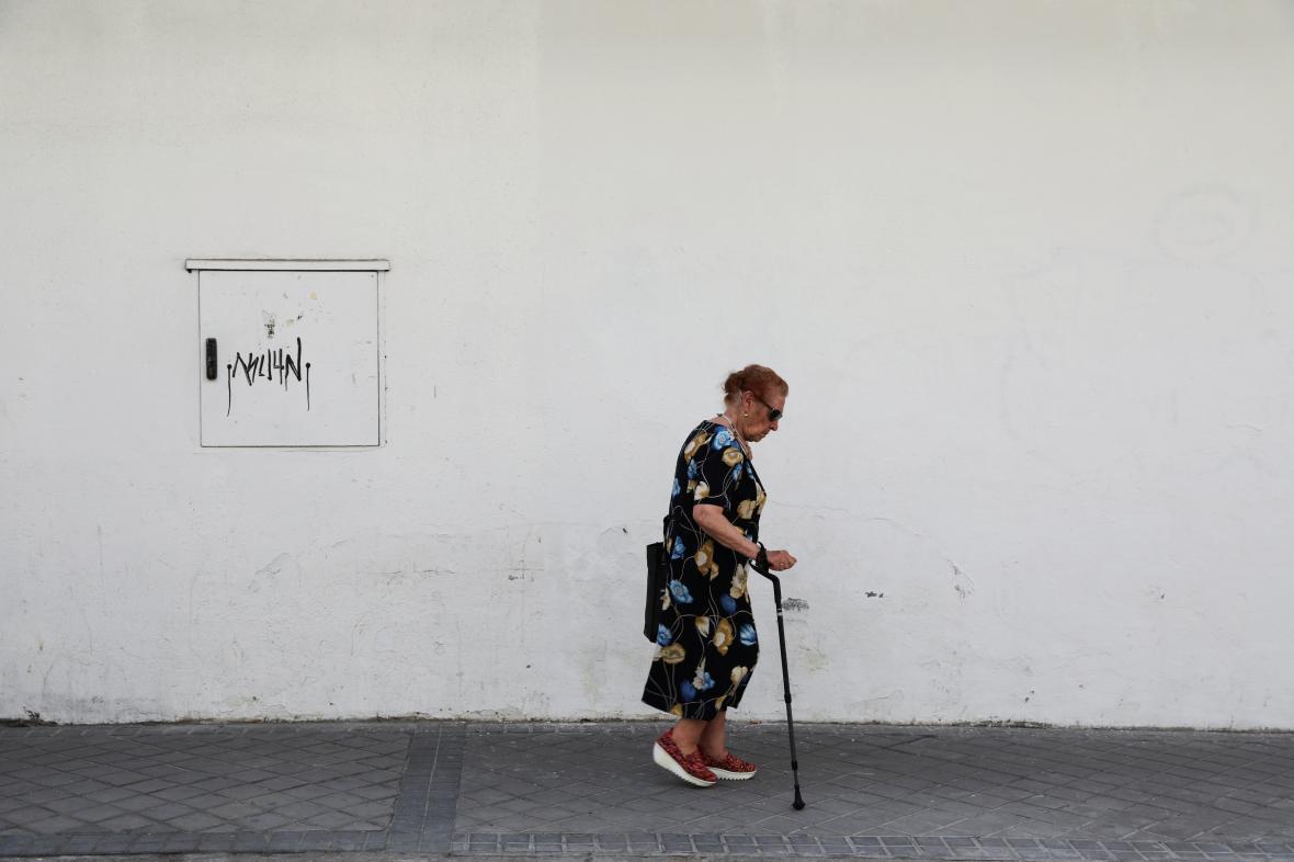 Důchodkyně na procházce v Madridu