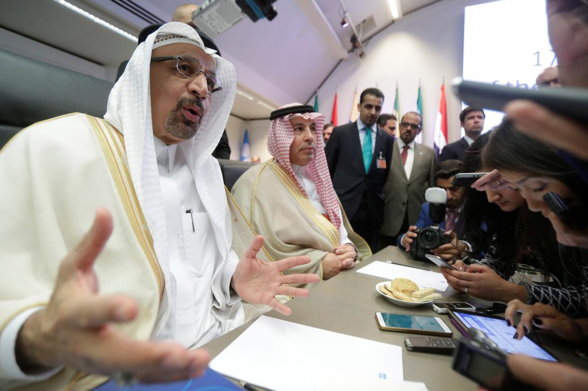Zástupci Saúdské Arábie na summitu kartelu OPEC hovoří s novináři.