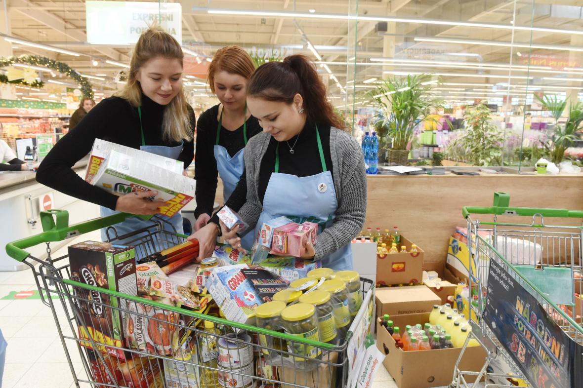 Dobrovolnice u darovaných potravin (snímek z loňské potravinové sbírky)