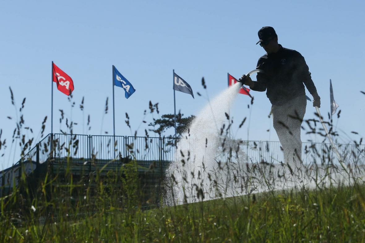 Zalévání trávníku před golfovým šampionátem