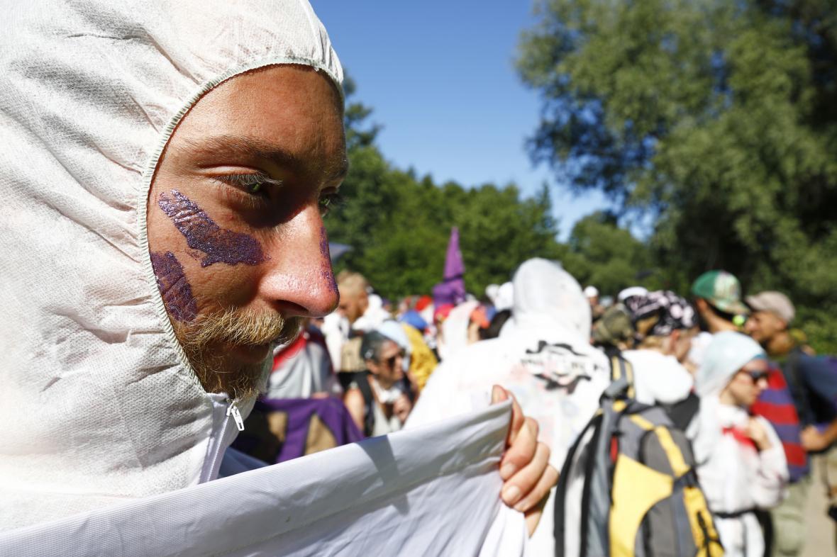 Účastníci sobotního pochodu k lomu Bílina na Mostecku