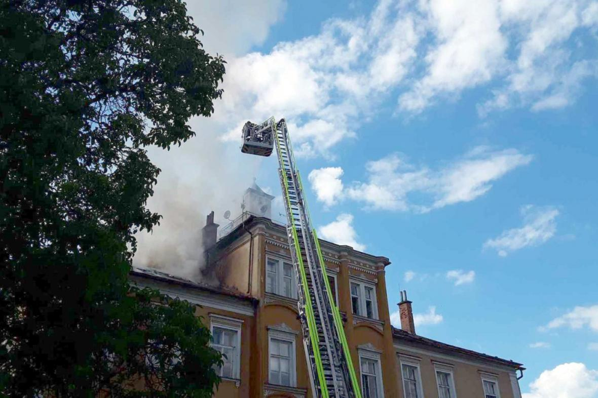 Požár pohltil střechu zámku Třemešek