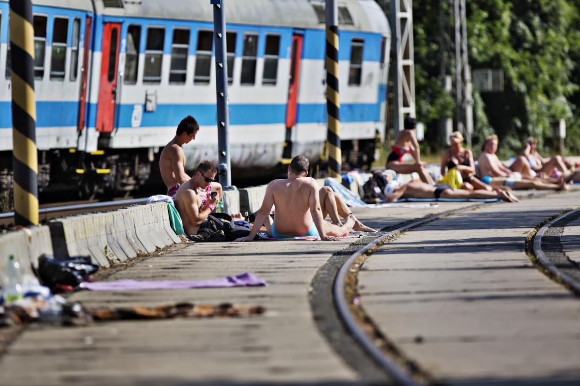 Lidé na kolejích u zatopeného lomu v Blansku